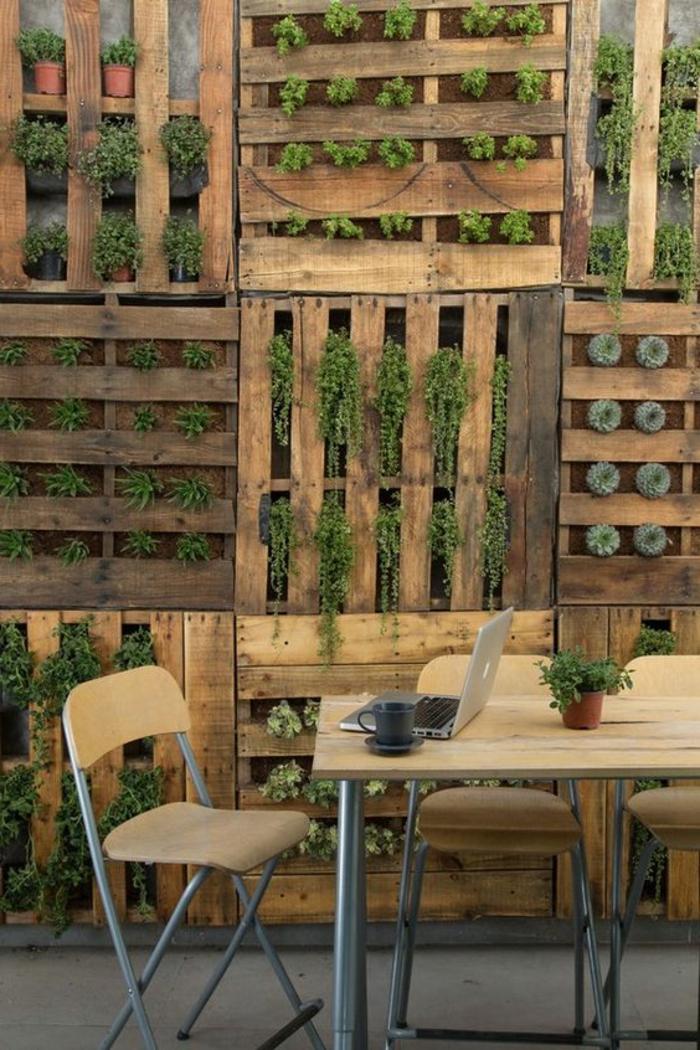 mur végétal palette, multitudes de cadres végétaux en palettes verticals