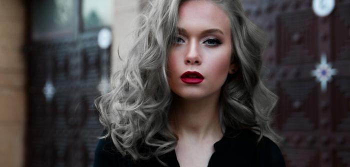 coloration grise, décolleté en V, couleur gris cheveux, chemise noire avec boutons noirs, yeux bleus