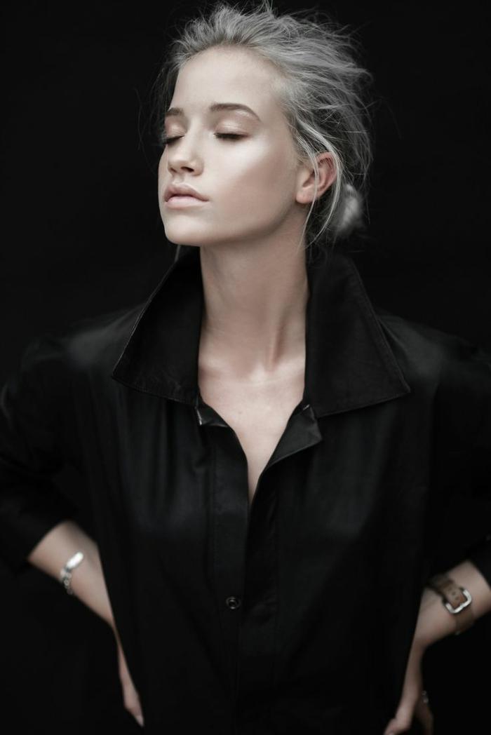 couleur gris cheveux, décolleté en V, chemise avec manches longues, bracelet en argent, meche femme