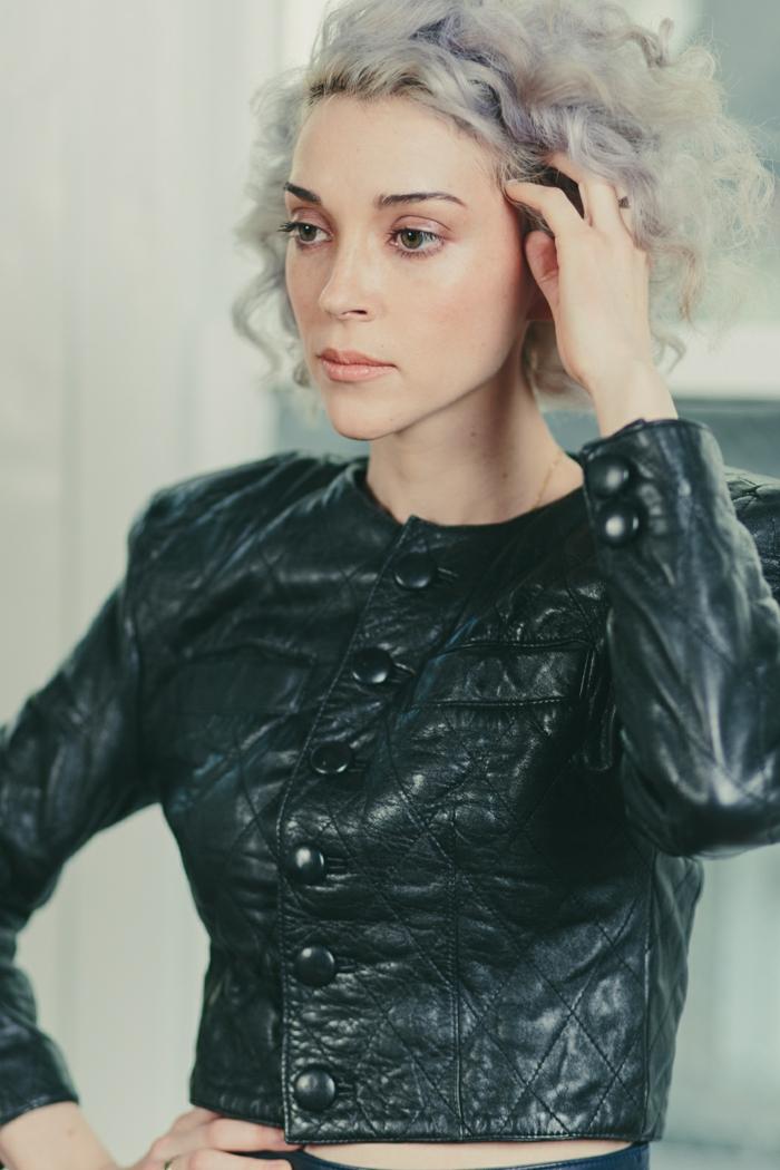 coloration cheveux gris cendré, veste en cuir noir avec boutons noirs, fard à paupières nude, rouge à lèvres rose