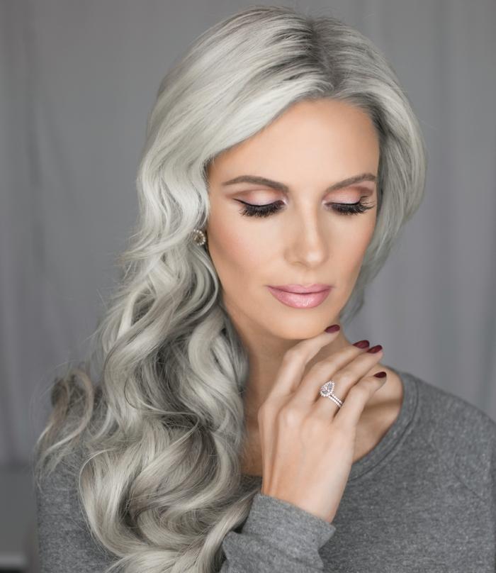coloration cheveux gris cendré, blouse grise, cheveux longs bouclés, maquillage rose, eye liner noir