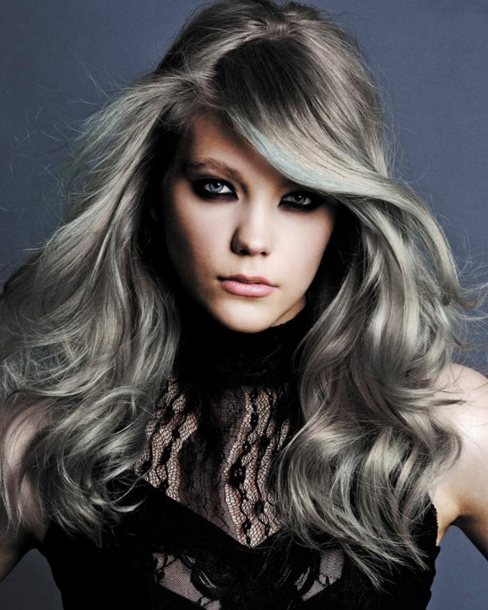 coloration cheveux gris cendré, maquillage foncé, meche femme, nuance de gris, robe noire avec dentelle