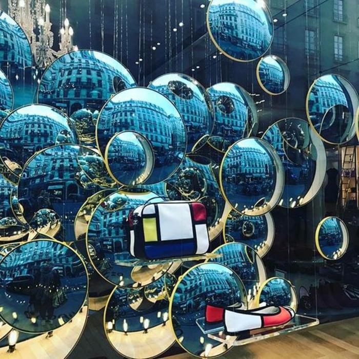 miroir oeil de sorciere multitude de tailles dans une vitrine d'un magasin mode