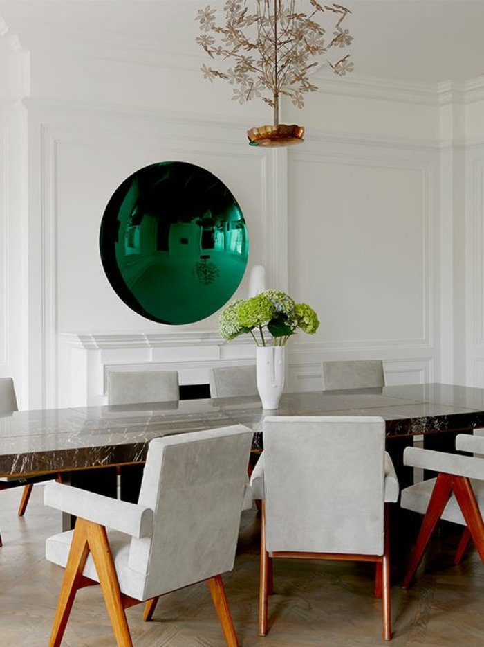 miroir de sorciere vert rond et grand dans une salle à manger