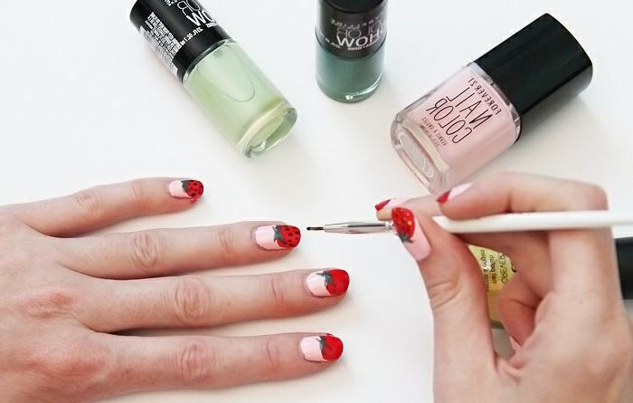 comment faire une manucure, pinceau à ongles, vernis à ongles vert, décoration ongles à motifs fraises