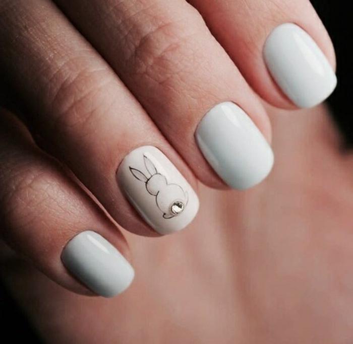 comment faire une manucure, motifs animaux sur les ongles, dessin lapin, cristaux pour ongles, manucure blanche