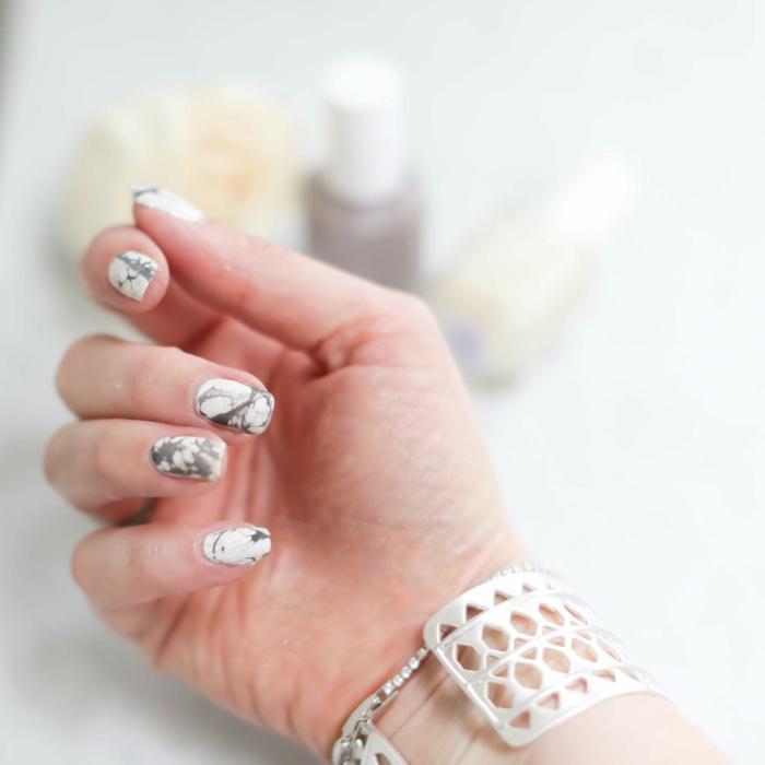 comment avoir de beaux ongles, effet marbre sur les ongles, bracelet en cristaux, mains femme