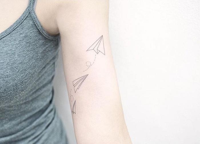les plus beaux tatouages paper plane tattoo avions papier bras femme