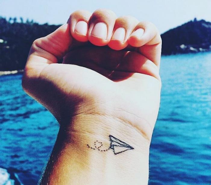 tatouage au poignet minimaliste idée dessin tattoo avion