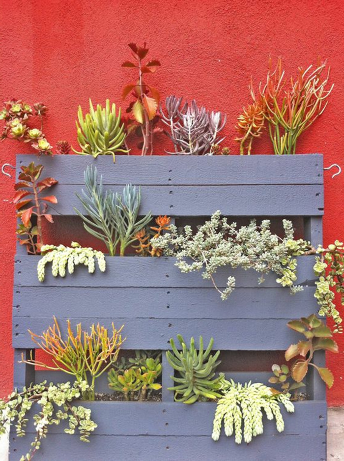 palette mur vegetal, lattes déclouées et niches formées pour servir comme jardinières