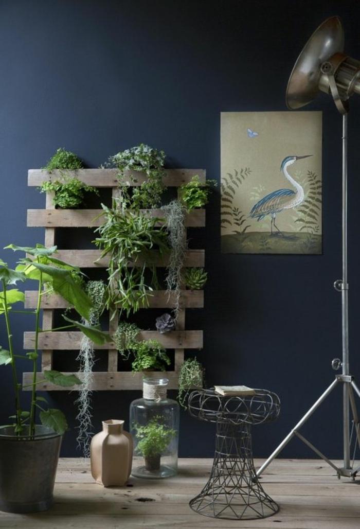 palette mur vegetal, tabouret métallique, grande lampe de sol industrielle