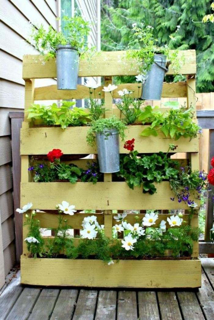 palette mur vegetal, palette peinte et dressée avec jardinières montées