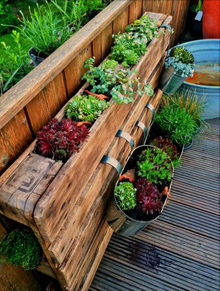 palette mur vegetal, palette transformée en magnifique jardinière avec plantes vertes