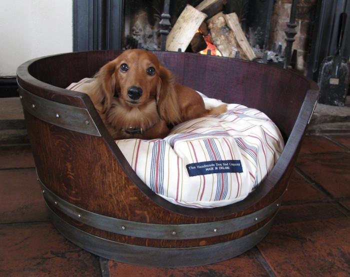 couffin pour chien en bois tonneau fait maison niche intérieur design