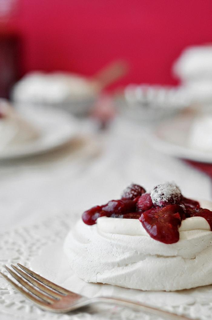 comment préparer le dessert australien pavlova en version miniature, disques de meringue aux fruits rouges confits