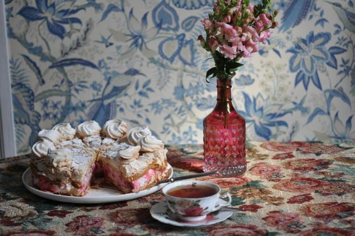 recette de pavlova traditionnelle, gâteau à la meringue et aux fraises