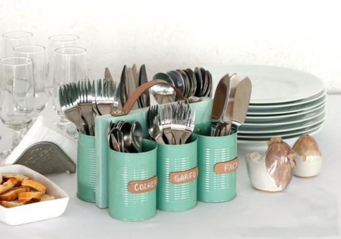 organiser ses couverts sur la table, rangement à couverts fabriqué à partir de boites de conserve, repeintes en bleu, assiettes, verres, recyclage boite de conserve