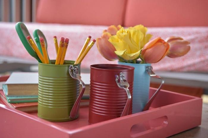 idée comment créer une boite de rangement, recyclage boite de conserve, repeinte, manche en fourchette pliée, pot à crayon, vase de fleur dans un plateau, pile de livres