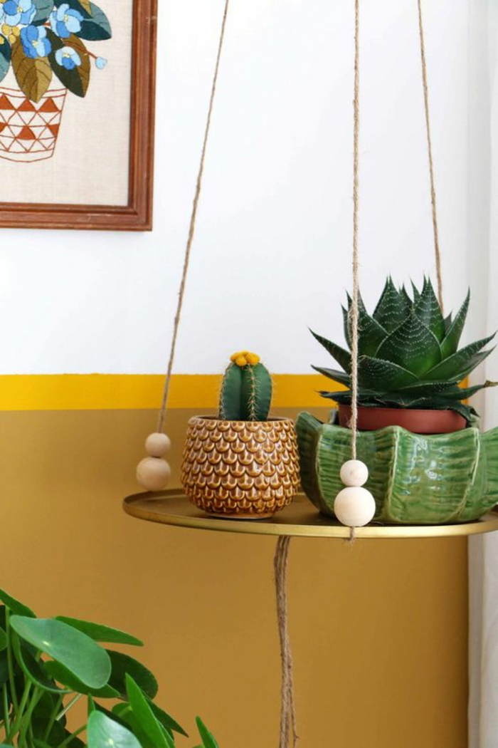 déco bohème chic et peinture ocre jaune doré en soubassement, cache-pot en céramique motifs écailles
