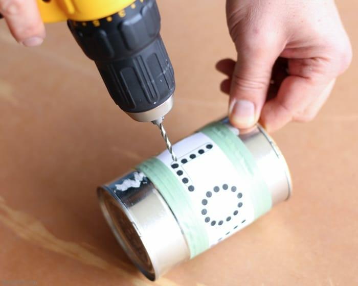 utiliser une preceuse pour faire des trous dans la boite de conserve, recyclage boite de conserve tuto facile, photophore maison