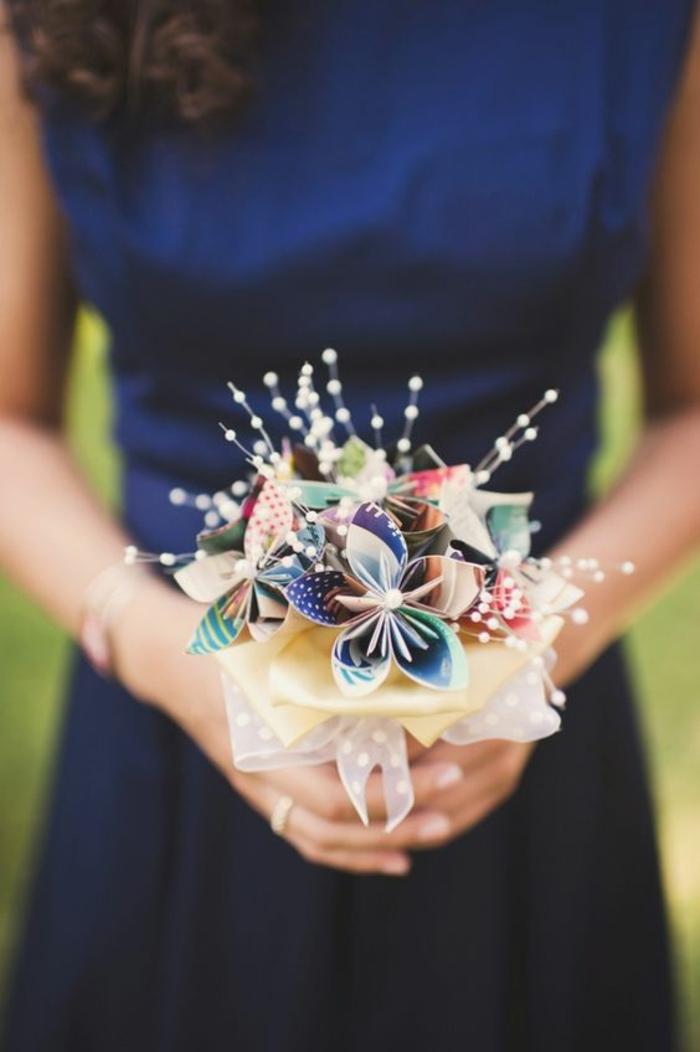 des moulins à vent arrangés en joli bouquet de mariée, déco de mariage sur thème moulin à vent papier