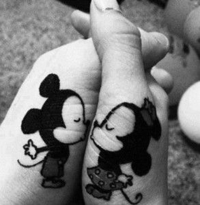 tatouage amour eternel symbole couple tatouages main mickey minnie complémentaire