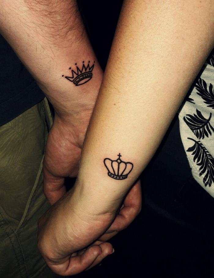 tatouage amour couple couronne roi et reine sur le poignet