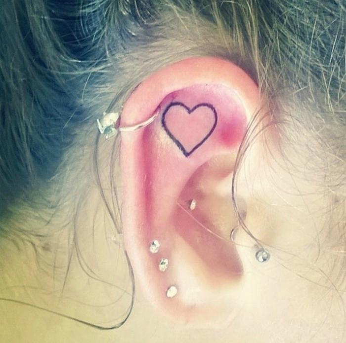Endroit tatouage femme idée tatouage femme oreille coeur
