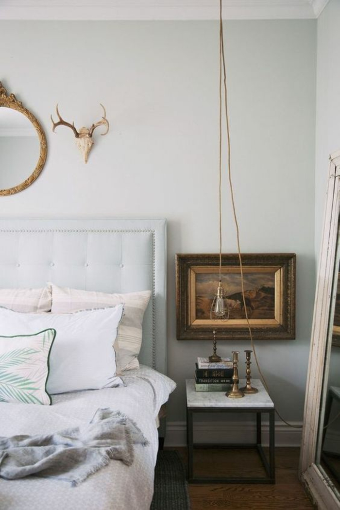 une lampe de chevet suspendue façon baladeuse dans une chambre à coucher au décor baroque