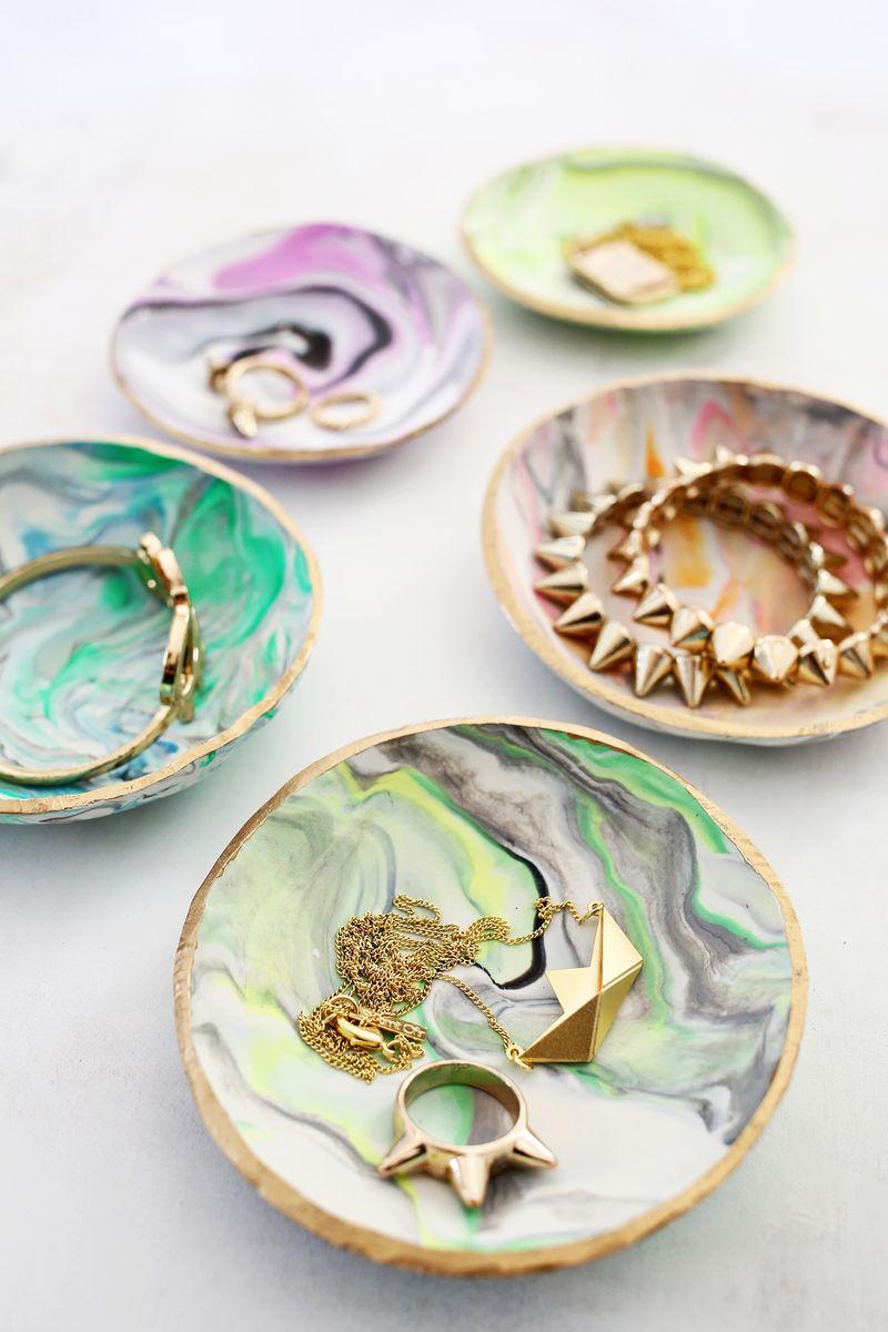 idée comment fabriquer un porte-bijou diy, creation pate fimo multicolore, activité manuelle adultem rangement bijoux