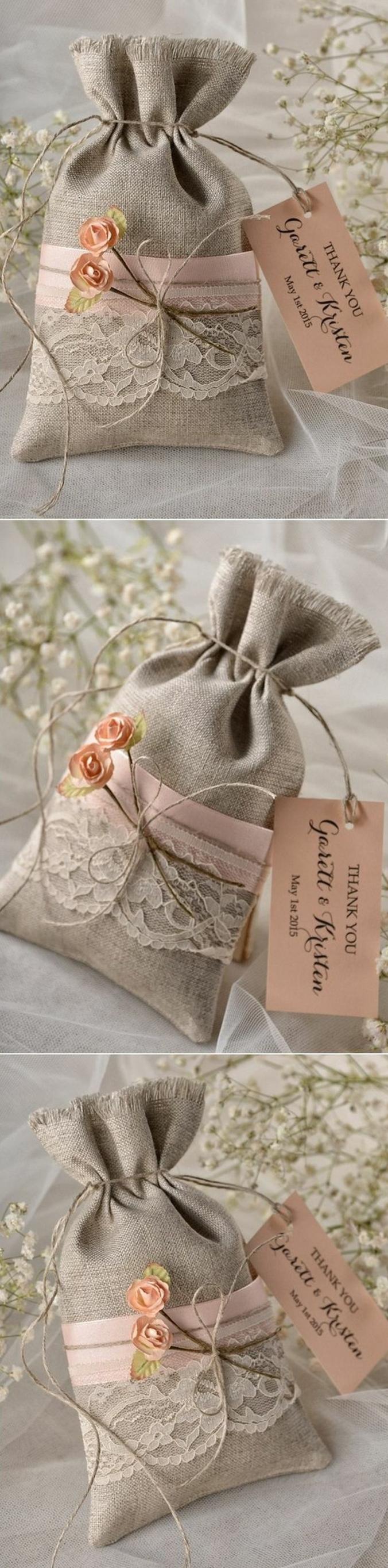 comment faire un cadeau invité mariage, petits sacs en toile de jute, customisés de ruban rose et dentelle blanche vintage, étiquette rose