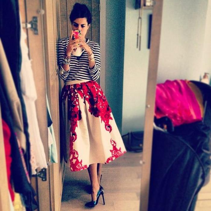 Tenue bleu blanc rouge etre une femme bien habillée selfie dans le miroir