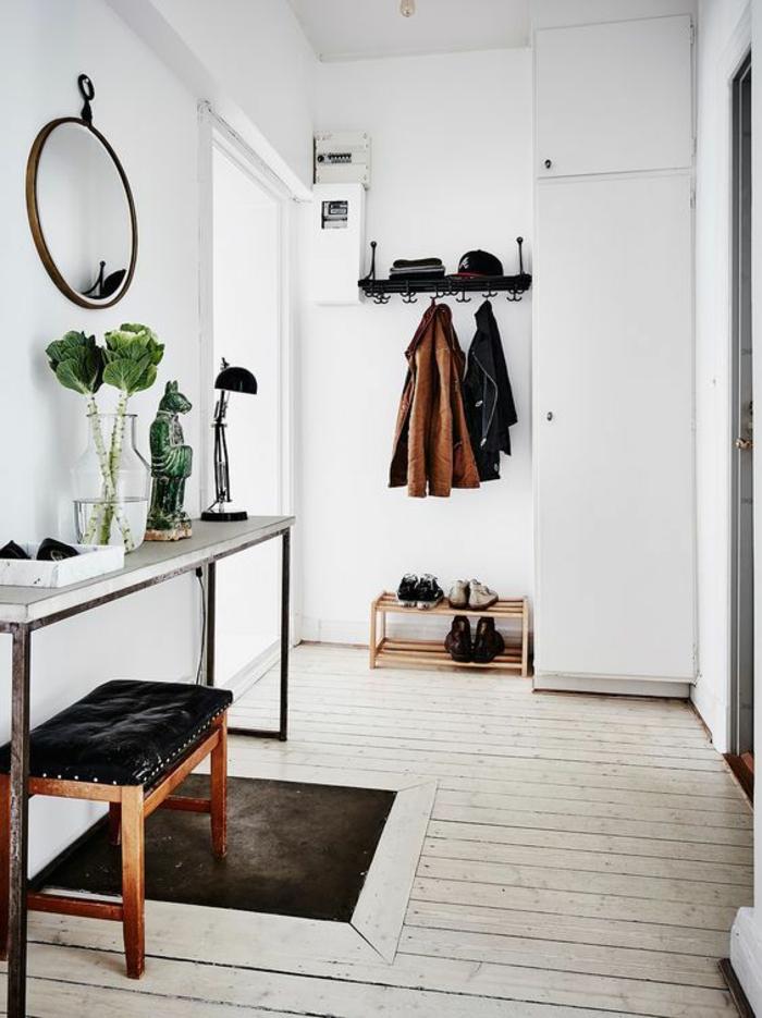 idee deco hall d'entree maison miroir au cadre métallique avec tabouret revetu de cuir noir