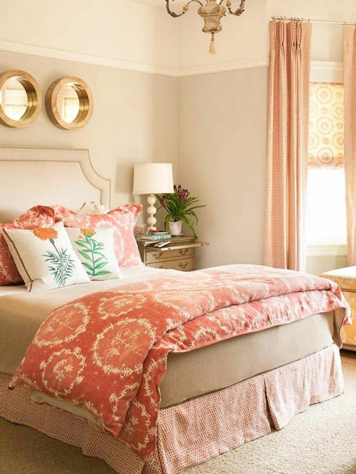 couette de lit couleur abricot, coussins décoratifs, chambre à coucher vintage
