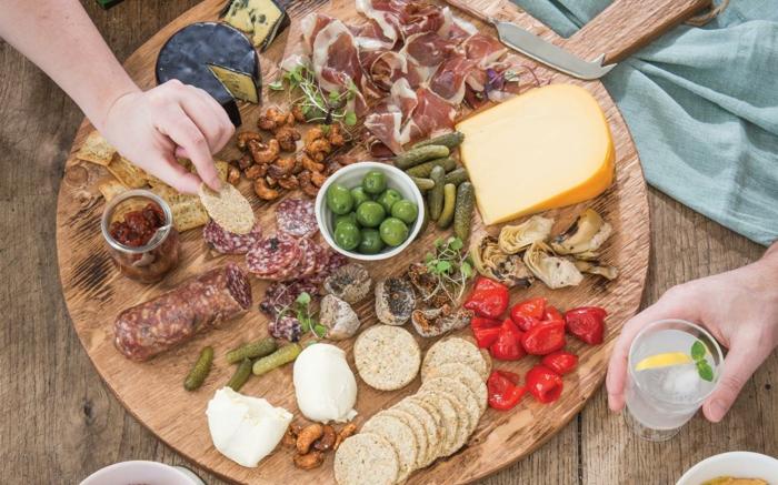 idée pour un dîner antipasti italien, plateau de charcuterie italienne et de fromages aux goûts différents