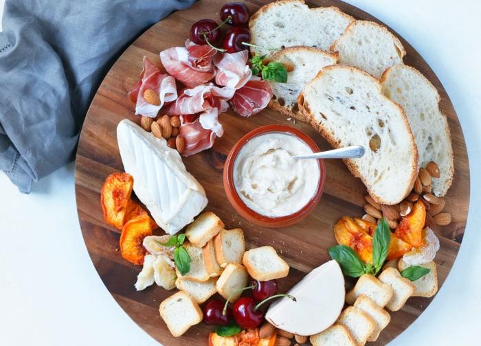 un plateau de charcuterie et fromages pour un apéro aux couleurs de printemps, sauce dip de cheddar aux oignons caramélisés