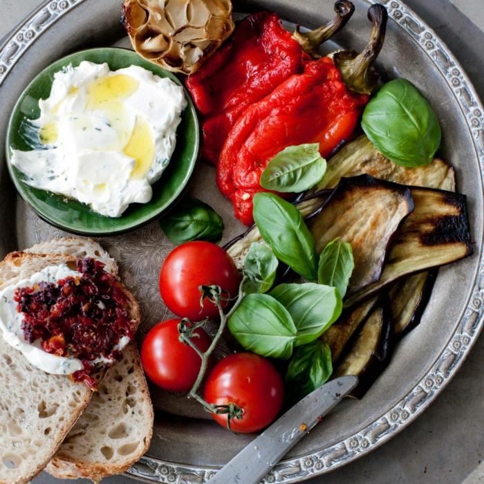 antipasti italien servi en plateau, apéritif méditerranéen aux légumes grillés et au fromage