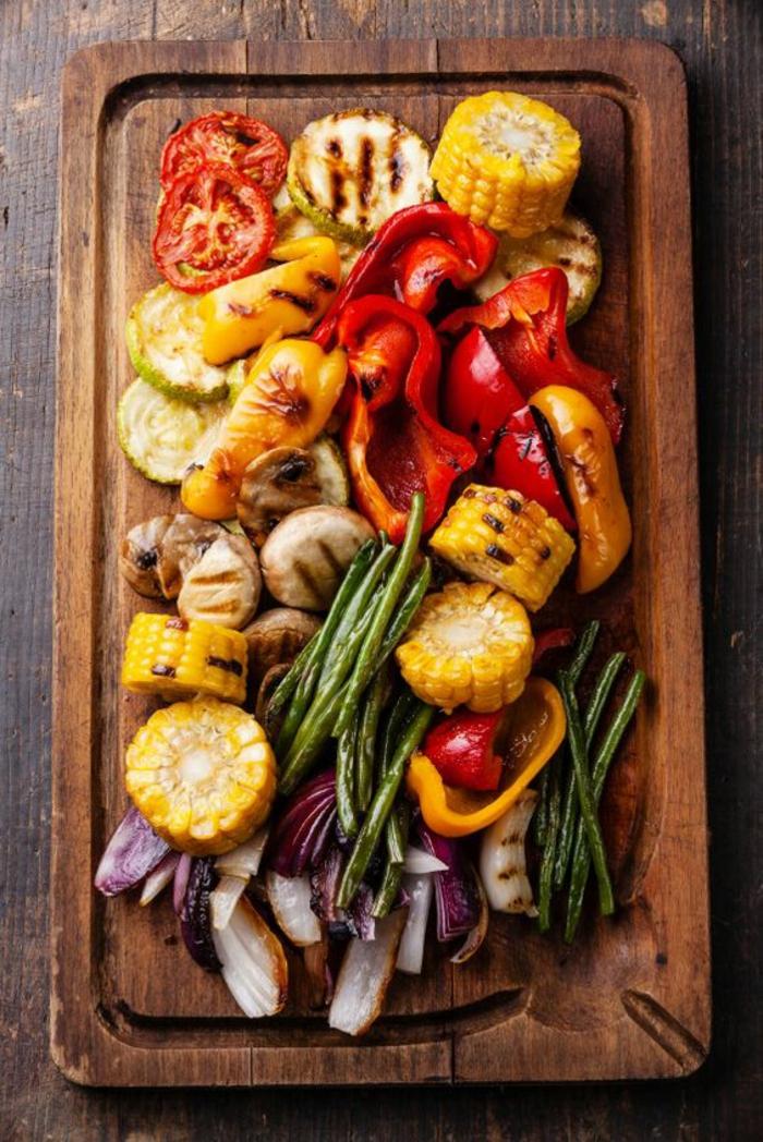 un plateau de légumes grillés, idée pour un apéro végétarien, une bonne alternative au plateau de charcuterie
