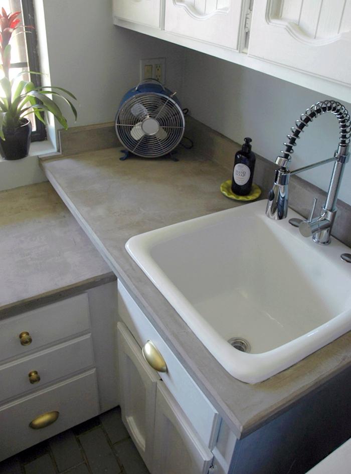 film planche meuble salle de bain style béton faux couvrir lavabo idée reno