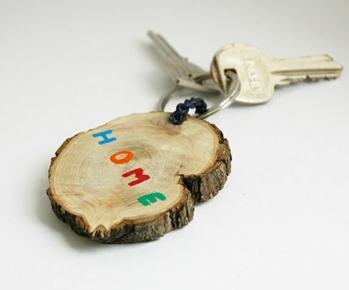 porte clé fete des peres, une rondelle en bois, mot maison en lettres colorés, peinture, accessoire naturel, fabriquer cadeau anniversaire papa