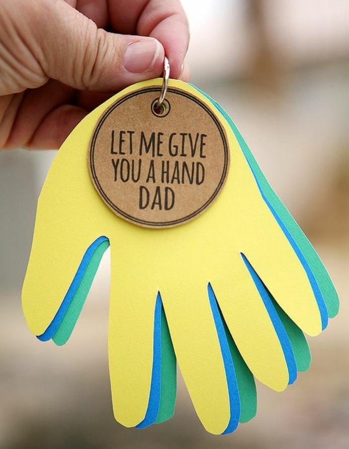 porte clef fete des peres, des empreintes de mains enfant de couleurs diverses et un message personnalisé, cadeau fête des pères à fabriquer 2 ans