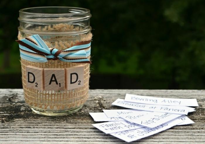 bricolage fête des pères, activité manuelle maternelle, bocal en verre customisé, des lettres sur des cubes scrabble, et ruban, choses à faire ensemble