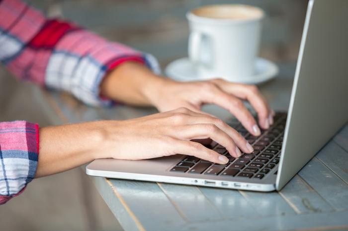 comment occuper son temps libre, curriculum vitae, chemise carrée femme, notebook, tasse de café, comment faire un curriculum vitae