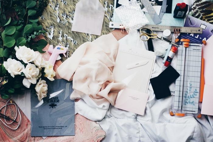 que faire quand on s ennuie, comment s habiller, bouquet de roses blanches, comment bien s habiller, ciseaux, customiser ses vêtements