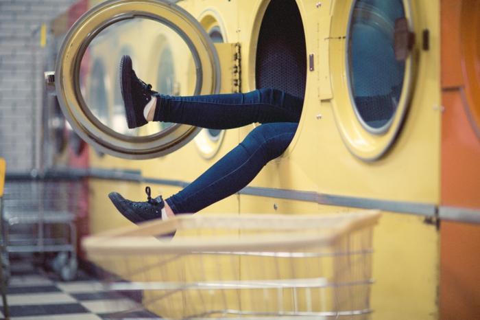 comment occuper son temps libre, paire de jeans, baskets noirs, carrelage blanc et noir, lave linge en commun, faire sa lessive