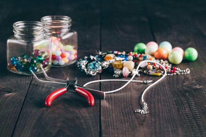 que faire quand on s ennuie, comment fabriquer des bijoux, perles pour bijoux, récipient en verre, bijoux perle, table en bois