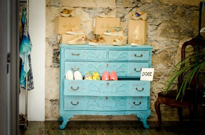 chose a faire quand on s ennuie, armoire de rangement, plante verte, chaise en bois, armoire à bijoux, mur en pierre, armoire fille