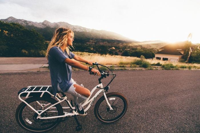 activité a faire quand on s ennuie, fille blonde, itineraire velo, nature, velo bienfait, apprendre à faire du vélo
