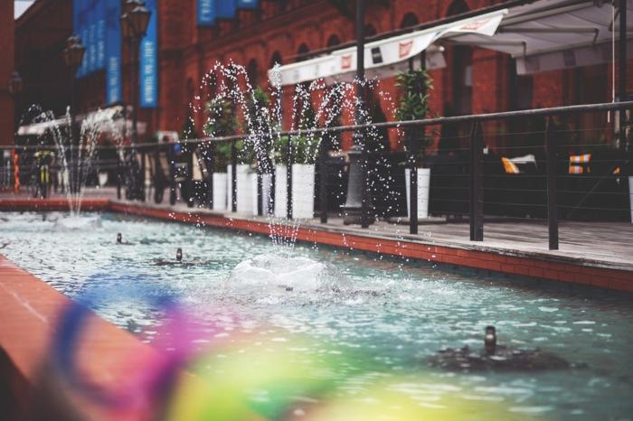 trucs à faire quand on s ennuie, fontaine exterieur, centre-ville, jet d'eau, clôture en fer forgé, lanternes