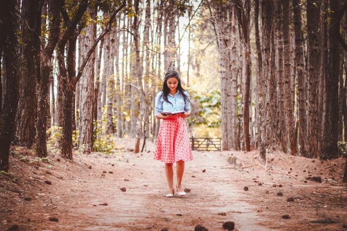 que faire pendant les vacances quand on s ennuie, chaussure de marche, se balader, faire une promenade, jupe rouge, chemise en denim, fille, chaussures beiges